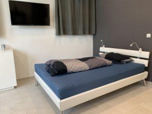 2D Garage Bett und TV quer